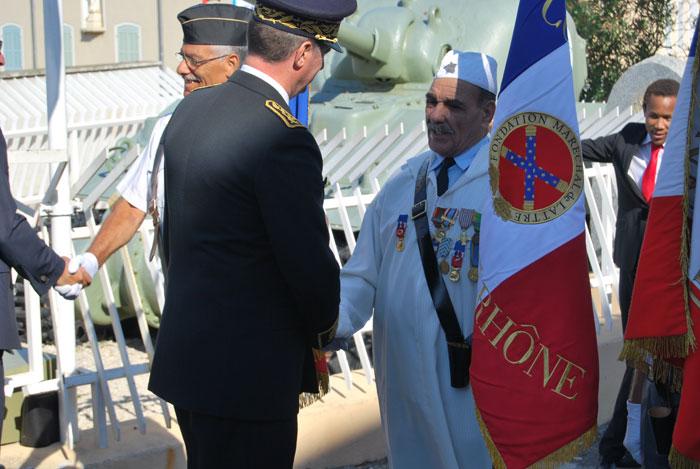 Les autorites saluent les porte drapeaux fondation for Porte drapeaux
