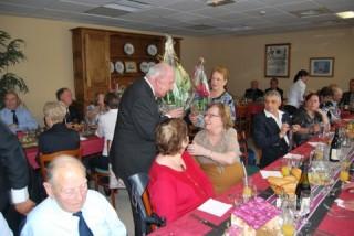 Remise bouquet à Mme Cadoux