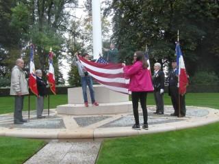 Deux collégiens de Vitrolles dépliant le drapeau américain